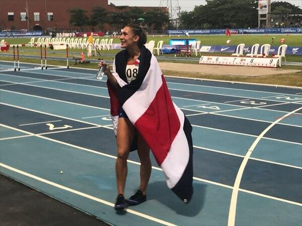 Andrea Vargas se cubrió con la bandera de Costa Rica poco después de ganar la medalla de oro en los 100 metros vallas. Foto: Cortesía Comité Olímpico Nacional
