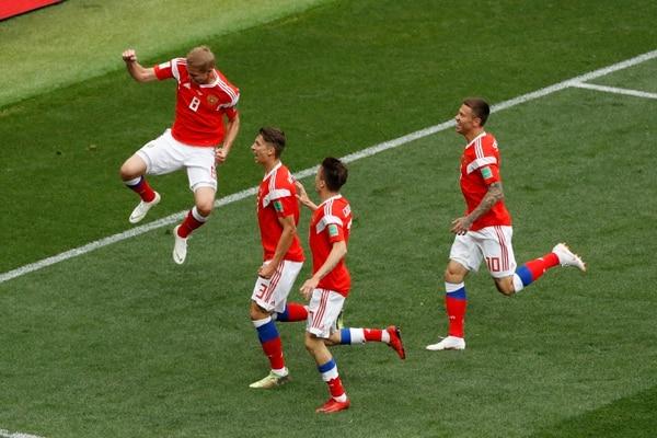 Yuri Gazinsky (8) marcó el primer gol de la Copa del Mundo de Rusia 2018. (AP Photo/Darko Bandic)