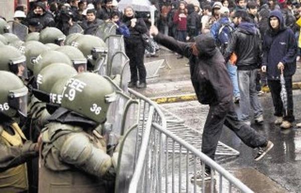 Estudiantes se enfrenta con policías antimotines hoy en pleno centro de Santiago.   AFP