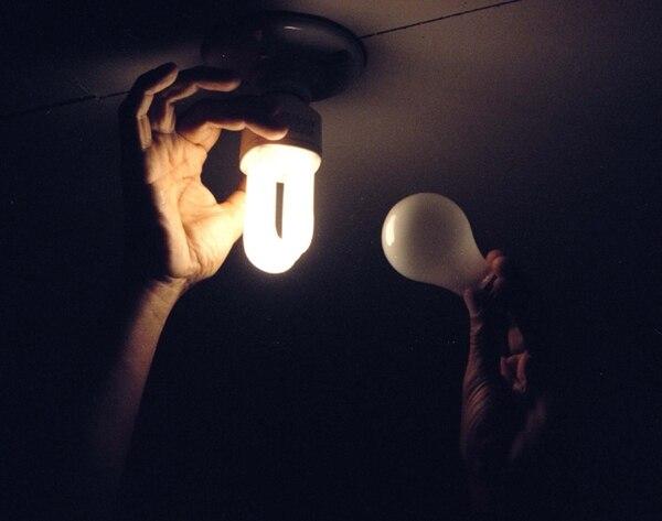 Una bombilla fluorescente consume 80% menos energía que las lámparas incandescentes. | ARCHIVO