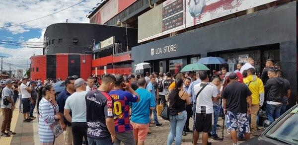 Aficionados de Alajuelense hacen fila en las afueras del Estadio Alejandro Morera Soto en procura de una entrada para la final. Fotografía: Fanny Tayver