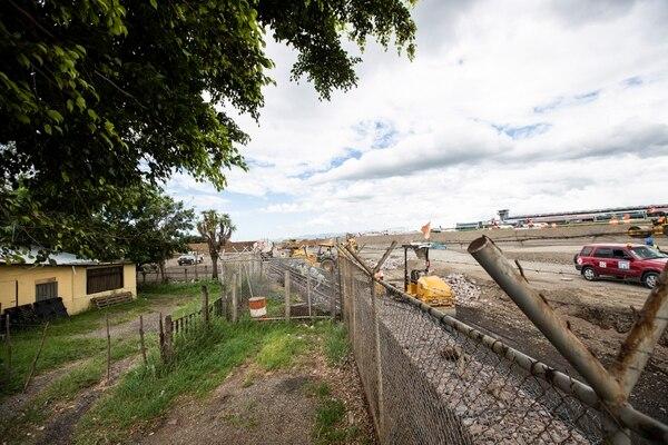 El ruido de la maquinaria, el polvo y hasta inundaciones producto del movimiento de tierras son parte de las molestias que deben enfrentar los vecinos de ese sector al sur del aeropuerto. Fotografía: Alejandro Gamboa Madrigal