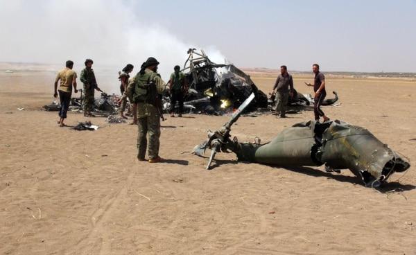 Rebeldes sirios rodearon este lunes el helicóptero ruso de transporte militar MI-8 que fue abatido en la ciudad de Idleb.