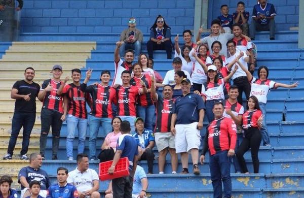 Cuando Alajuelense juega en Honduras, la familia de Alex López siempre va bien identificada con la camisa de la Liga. Foto: Cortesía