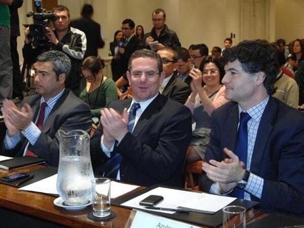 Jorge Abadía (izquierda), Sergio Rigueros (centro) y Álvaro Aguirre, de Telefónica, durante la primera subasta de espectro en enero del 2011. | ARCHIVO.
