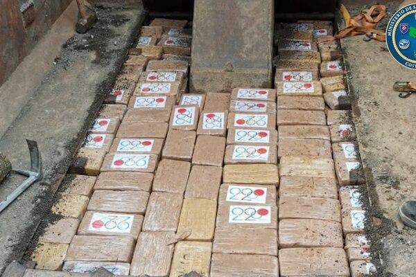 La droga iba escondida debajo de un suelo falso de la vagoneta. Foto: MSP