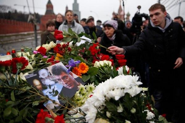 Varios cientos de personas llevaron flores para honrar a Boris Nemtsov, opositor ruso que fuera asesinado en un puente cercano al Kremlin en Moscú.