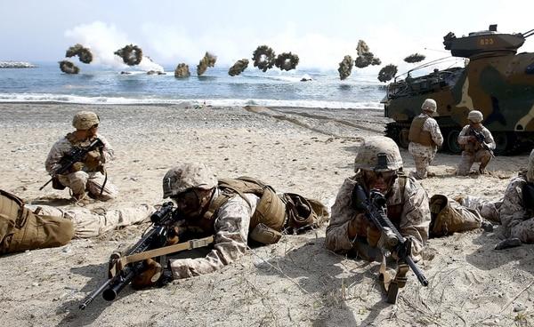 Marines estadounidenses y surcoreanos participan en las maniobras militares conjuntas anuales que se realizan ante un posible ataque de Corea del Norte en Pohang a unos 360km al sudeste de Seúl.