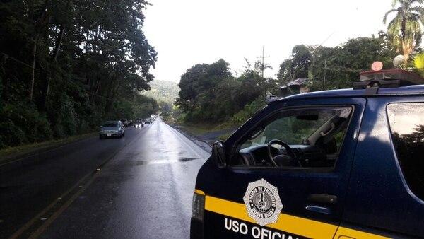 Esta imagen del 20 de diciembre muestra a los oficiales regulando el paso por la ruta 32, la cual frecuentemente presenta derrumbes. Foto: Cristian Álvarez para LN