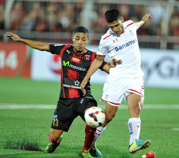 Alajuelense deberá buscar, una vez más en este torneo, el pase a otra ronda fuera de su casa. Acá, Luis Miguel Valle marca a Francisco Gamboa (derecha). | CARLOS BORBÓN.