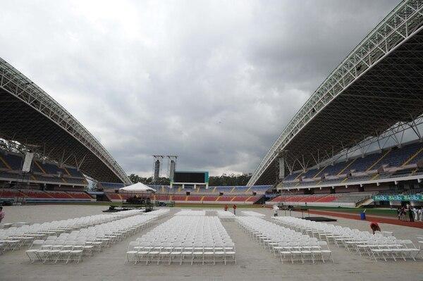 En la gráfica se muestra como luce el Estadio Nacional a pocas horas de que Luis Guillermo Solís tomé las riendas del país.