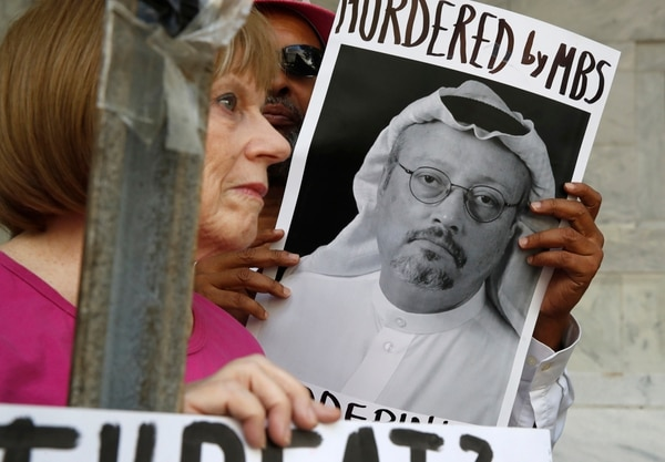 Manifestantes mostraron un retrato del periodista Jamal Khashoggi, el miércoles 10 de octubre del 2018, frente a la Embajada saudí en Washington. Foto: AP