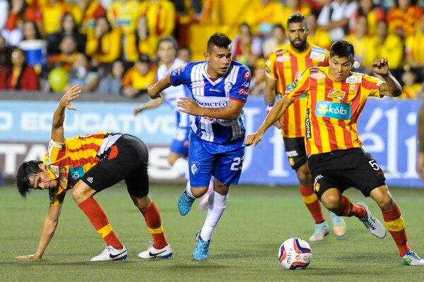 Esteban Granados (der.) y Cristian Montero (izq.) intentan detener al delantero de Cartaginés, Andrés Lezcano.