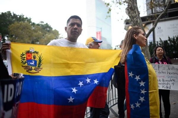 Partidarios de la oposición venezolana sostienen pancartas durante una protesta, el 26 de setiembre del 2019, en la sede de las Naciones Unidas, en la ciudad de Nueva York. Foto: AFP