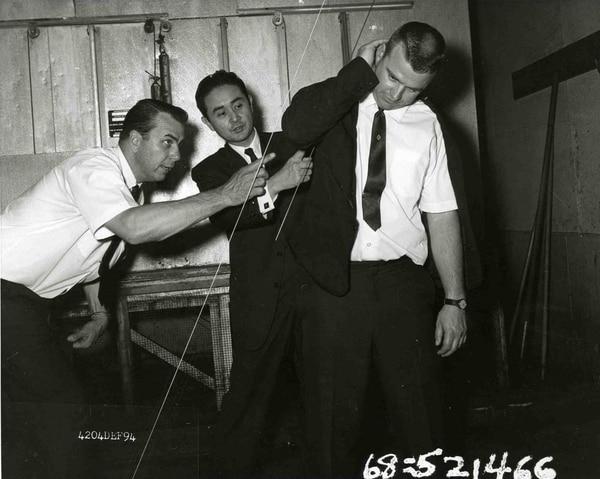 El criminalista del LAPD, Dewayne Wolfer (izquierda), y el coronel Thomas Noguchi (centro) trazan la supuesta trayectoria de la bala que mató a RFK. (California State Archives)