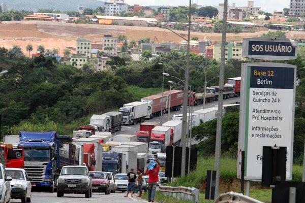 Grupo de transportistas protestaron contra el aumento del precio de la gasolina y los bajos valores de los fletes en Ciudad de Betim, Minas Gerais (Brasil).