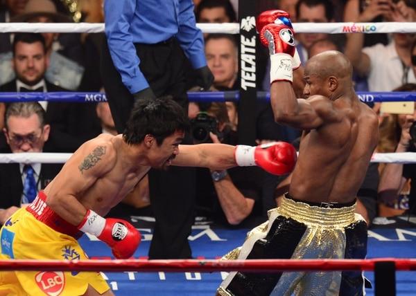 Manny Pacquiao (izquierda) y Floyd Mayweather (derecha) durante el primer round en Las Vegas.