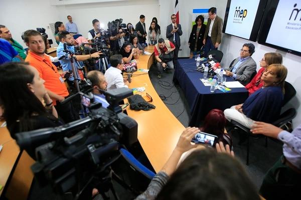 La semana pasada, Edgar Mora y otros jefes del MEP dieron conferencia de prensa para tratar de aclarar las razones por las cuales reclamaban los estudiantes. Una de las principales consultas fue sobre su posible renuncia, la cual rechazó. Foto: Rafael Pacheco