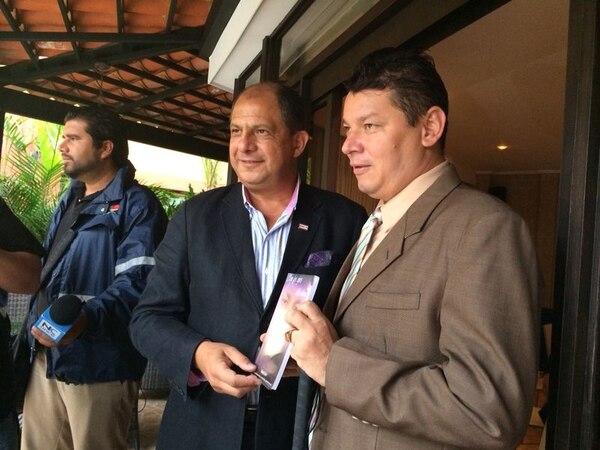 Luis Guillermo Solís se reune con Óscar López, diputado electo del Partido Accesibilidad Sin Exclusión. Este último le regaló al próximo mandatario un libro de su autoría: Con los ojos del alma.