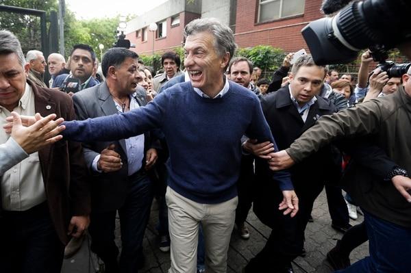 El candidato opositor Mauricio Macri saludó a un grupo de seguidores el domingo 25 de octubre, luego de depositar su voto en la ciudad de Buenos Aires, Argentina, durante las elecciones generales. | AP