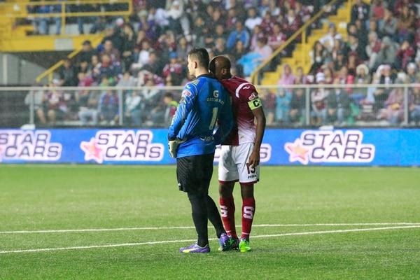 Adolfo Machado, capitán de Saprissa el miércoles, intenta consolar a Danny Carvajal después del error del arquero que sirvió para que Cartaginés anotara su segundo gol el pasado miércoles en la Cueva . | RAFA PACHECO
