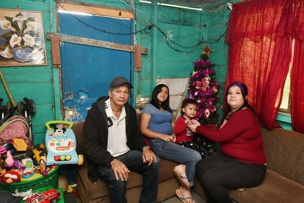 La familia Grijalba Sandí se enfrenta al desempleo y la pobreza extrema con el apoyo de Puente al Desarrollo. En unos meses quedarán sin la transferencia económica, pero afirman que estarán preparados para ese momento. Fotografía: Jorge Castillo