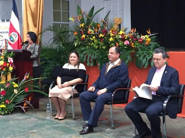 El presidente Luis Guillermo Solís junto con el ministro de Ambiente, Edgar Gutiérrez, durante en acto en la escuela de Concepción de San Rafael de Heredia, donde insitió en la necesidad de aprobar en el Congreso las reformas fiscales.