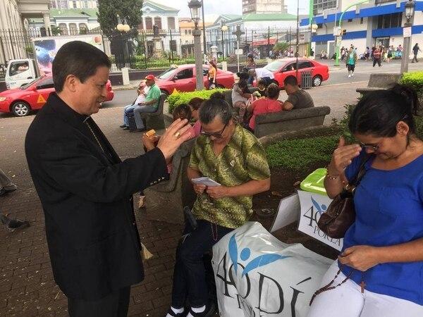 El arzobipispo José Rafael Quirós bendijo a los oradores que se reúnen al costado sur del Parque Central, en San José. Fotografía: 40 días por la vida