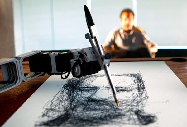 Fotografía cedida por el Centro Cultural Borges que muestra el robot dibujante Paul, creado por el francés Patrick Tresset.