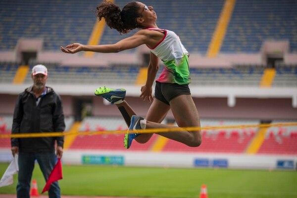 María José Viales, de Nicoya, se impuso este viernes en el salto largo de los Juegos Nacionales con una distancia de 5 metros y 28 centímetros. Fotografía José Cordero