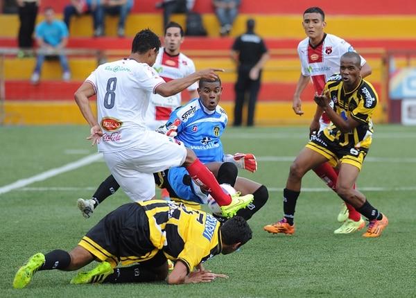 Armando Alonso (8), ya con el marco a disposición, se apresta a firmar el primer gol de la tarde, precedido por un rechazo de José Eduardo Sosa (detrás del portero Darryl Parker). | MARIO ROJAS