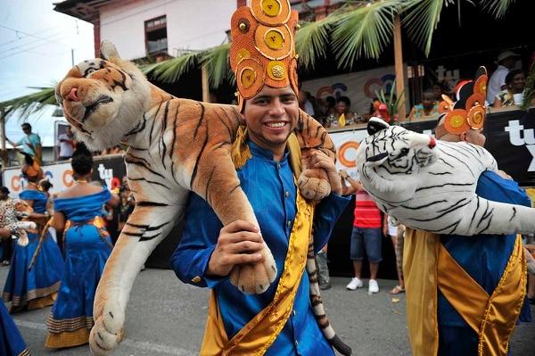 Adultos mayores, jóvenes y niños recorren las calles con trajes típicos afrocostarricenses