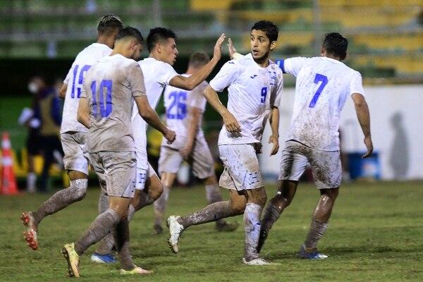 Futbolistas hondureños festejan el empate conseguido ante Nicaragua. Fotografía: AFP