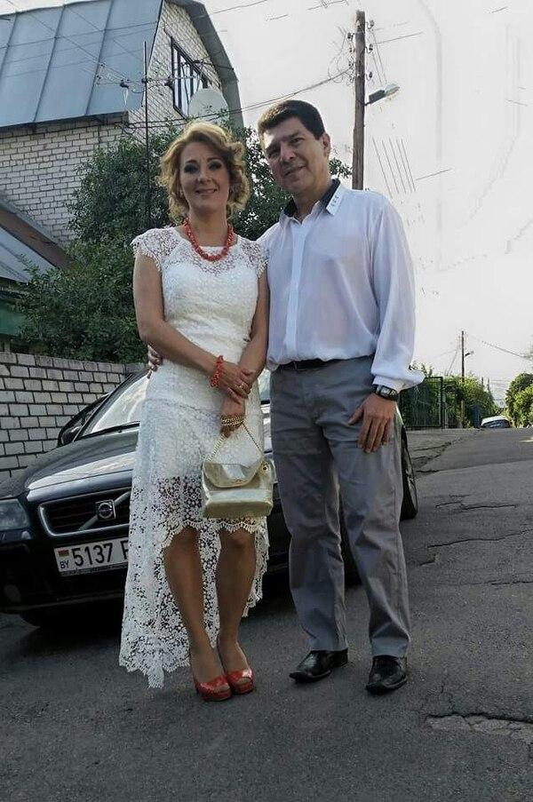 Carlos Alvarado Sandoval y su esposa Anya.