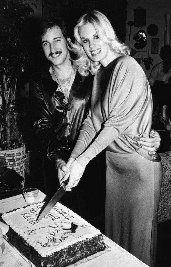 El esposo de Dorothy Stratten, Paul Sneider, le organizó una fiesta de cumpleaños en su casa, ubicada en Los Ángeles.