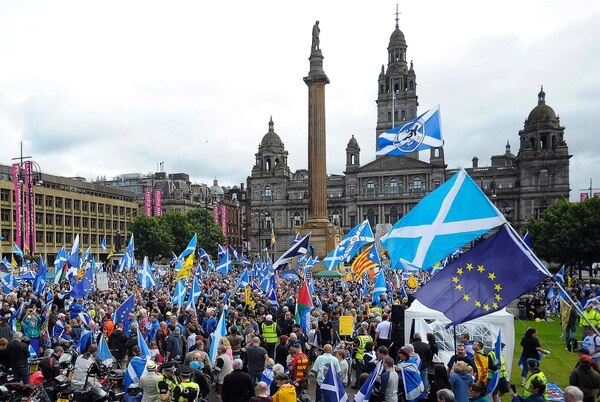Simpatizantes de la independencia de Escocia participaron el 30 de julio del 2016 en una manifestación en la plaza George, en Glasgow. Agitaban banderas de la nación y de la Unión Europea.