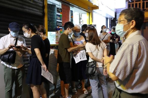 Votantes esperaban turno para votar durante las elecciones primarias en Hong Kong, este sábado 11 de julio del 2020.