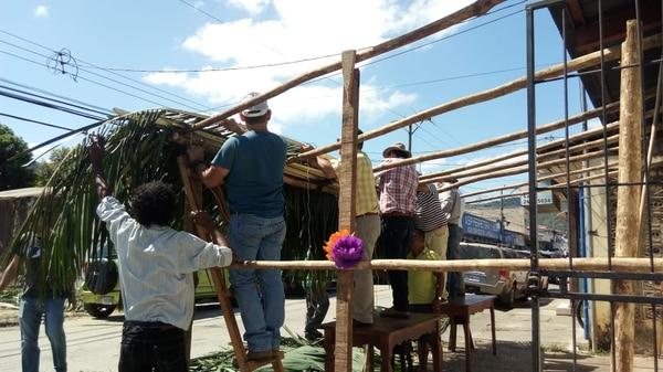 Construcción de la Ramada, el sitio donde se reciben ofrendas para las festividades de la Virgen de Guadalupe. Fotografía: Cortesía Mario Rojas.