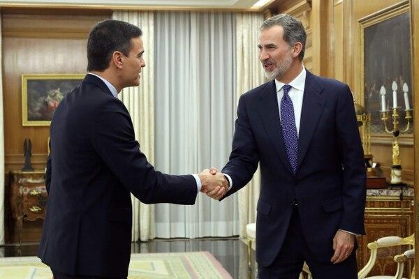 El rey Felipe VI (derecha) recibió este miércoles 11 de diciembre del 2019, en el palacio de la Zarzuela, al líder socialista, Pedro Sánchez, a quien encargó la formación del próximo gobierno.