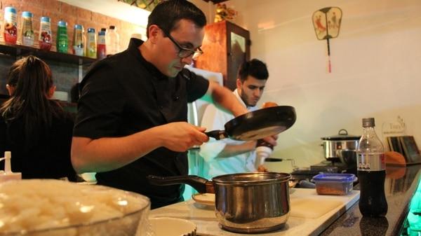 En un principio, Jorge Soto (izquierda) abría cada fin de semana de por medio. Actualmente, en 2017, cuenta con la ayuda de Marcelo, su ayudante de cocina.