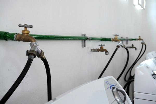 El agua de lluvia es tratada con cloro y carbono para que esta pueda usarse en la lavandería.