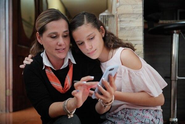 Ana Belén Matamoros, de 11 años, junto a su mamá, Juliana Piedra González. La niña, de 11 años, hoy realiza actividades con las que antes solo soñaba, como andar en bicicleta. Foto: Jeffrey Zamora