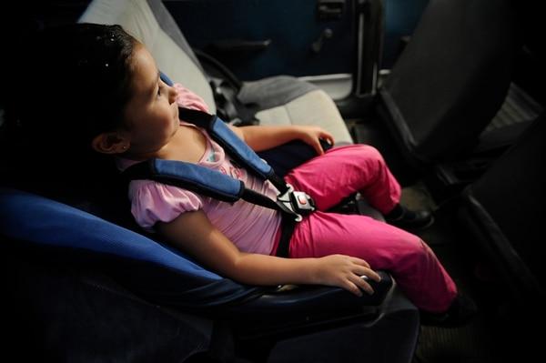 La normativa aclara aspectos como el espacio en donde se debe colocar la silla en el asiento del carro y la forma en que deben quedar los cinturones. | LUIS NAVARRO.