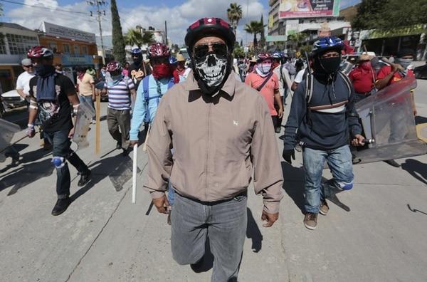 Varias personas participaron ayer en una protesta en Chilpancingo, estado de Guerrero, para exigir el regreso de los 43 estudiantes que desaparecieron en el sur de México después de un ataque con policías vinculados con el narcotráfico el 26 de setiembre. | AFP