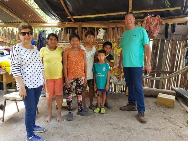 Silvia Morgan (primera a la izquierda) y Wálter Brenes (último derecha) visitan el territorio indígena todas las semanas. Foto: Cortesía Wálter Brenes.