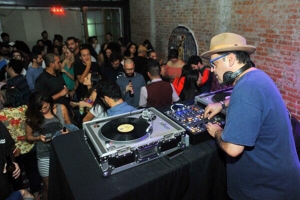 Robert Aguilar inició el proyecto de de Black Beat mezclando vinilos en Amón Solar, San José, como se ve en la imagen. Ahora, el proyecto se muda a Jazz Café San Pedro. Cortesía de Black Beat/José Salazar