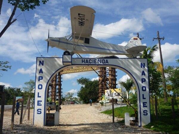 La renovada entrada a Hacienda Nápoles. Cruzando la famosa avioneta existe un mundo de diversión, esparcimiento e historia. AFP