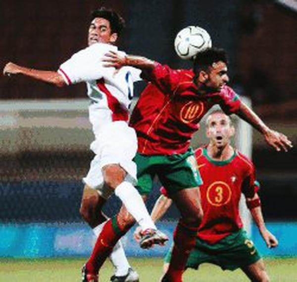 Sin duda, Pablo Brenes, a quien presiona el portugués Carlos Martins (10), fue el mejor jugador del partido. Brenes hizo un cuarto gol vital para clasificar e inspiró al conjunto con su juego creativo. ¡Juegazo! | AFP /LA NACIÓN