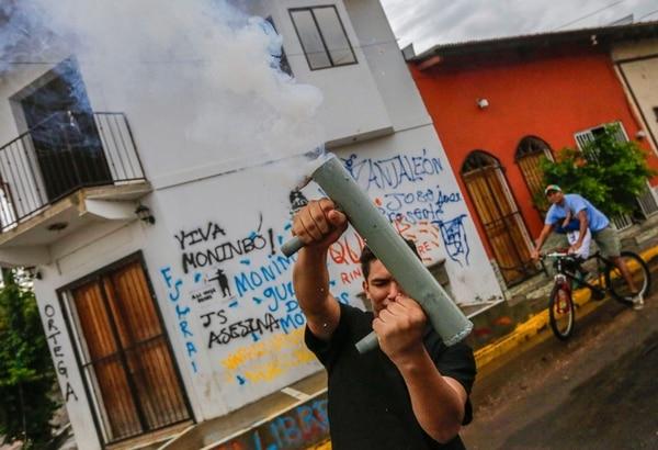 Un estudiante universitario disparaba un mortero artesanal durante una manifestación en apoyo a las protestas antigubernamentales en el barrio Monimbó, en Masaya, el martes 22 de mayo del 2018.