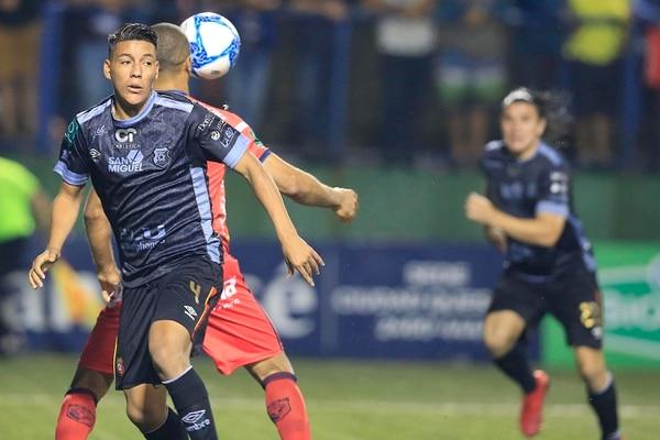Orlando Galo falló al marcar a Álvaro Saborío, lo que aprovechó el delantero para anotar. Foto: Rafael Pacheco